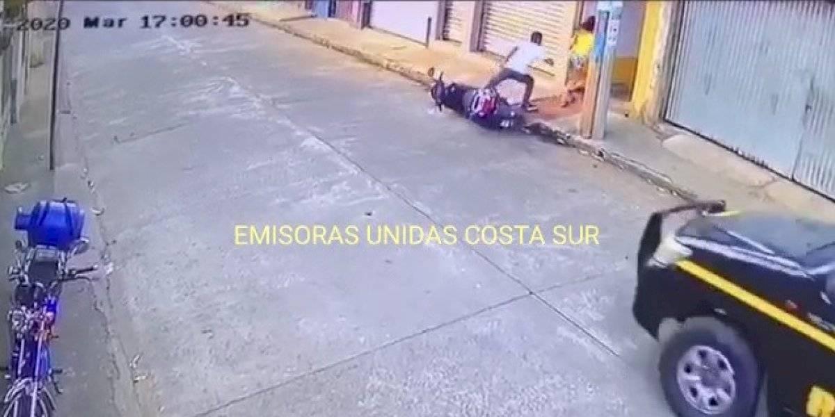 VIDEO. Dejan tirada una motocicleta y se encierran para no ser detenidos por incumplir toque de queda