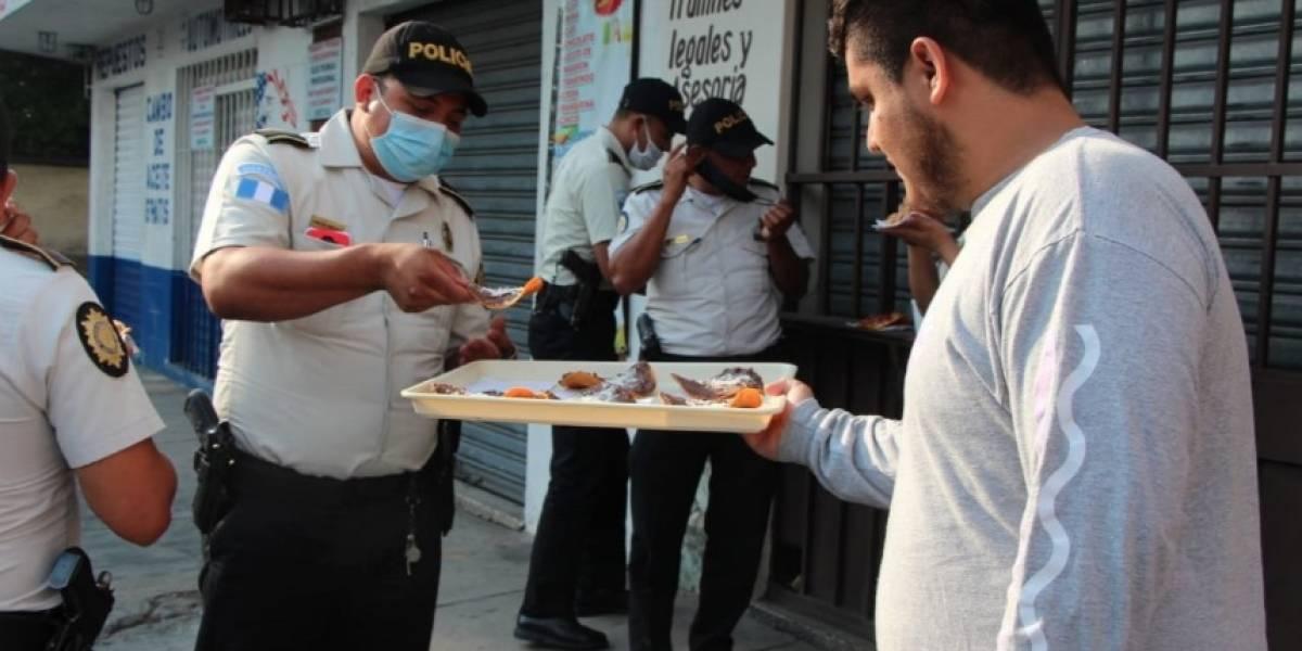 VIDEO. Guatemaltecos comparten comida con agentes de la PNC durante toque de queda