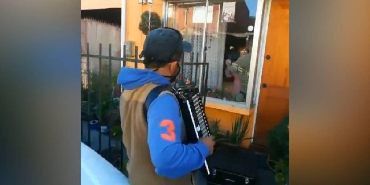 Hermoso gesto en tiempos de coronavirus: hijo les toca a sus padres el acordeón fuera de la casa en Hualpén