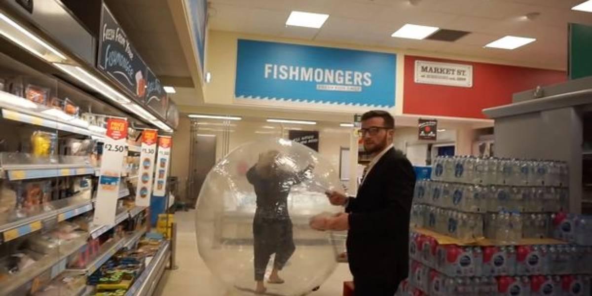 Mulher vai fazer compras dentro de bola inflável para se proteger do coronavírus e vídeo se torna viral