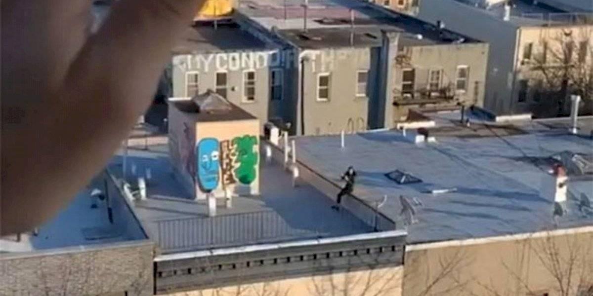 Citas en tiempos de cuarentena: la vio desde su edificio y le envío su número telefónico usando un dron