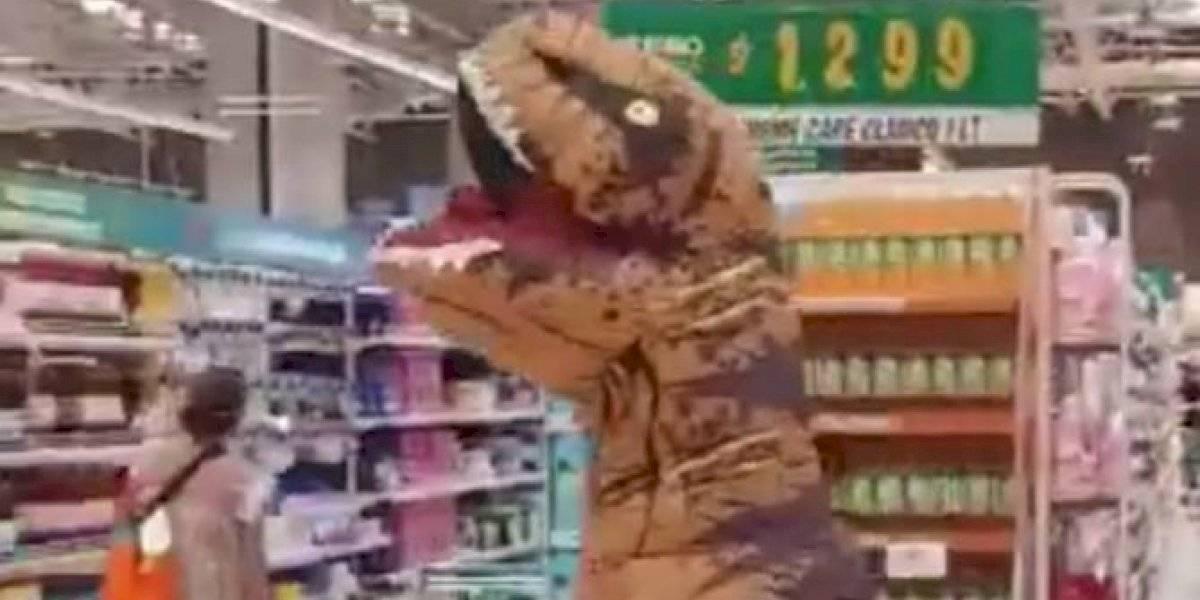 "Traje ""anticoronavirus"" de dinosaurio llegó a Chile en pasillos de supermercado"