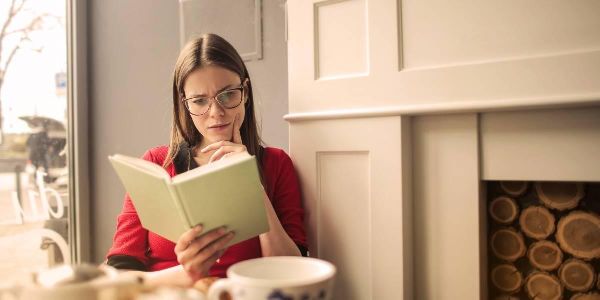 5 penteados que valorizam o rosto das mulheres que usam óculos