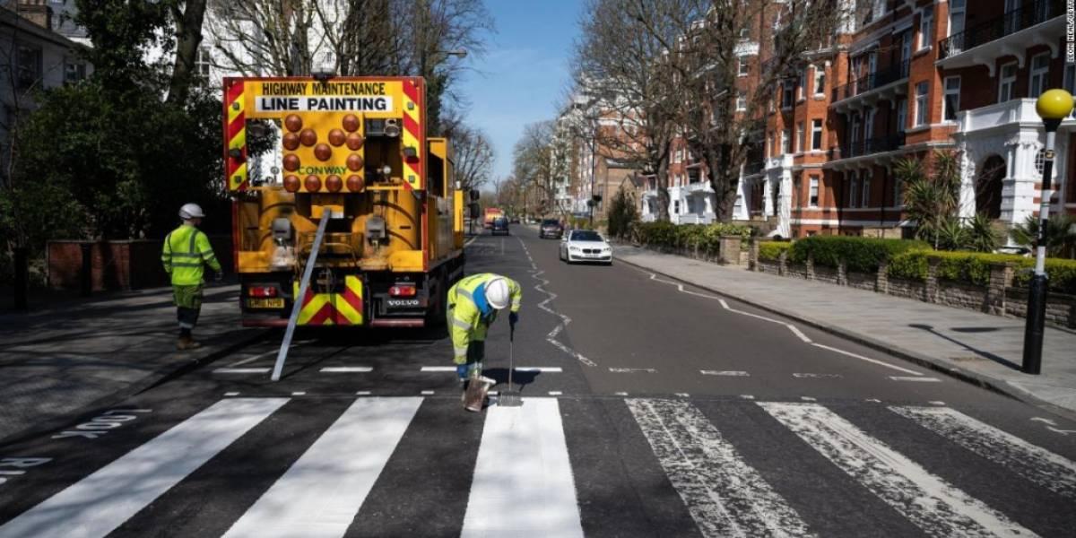 """""""Here comes the sun"""" y la pandemia: pintan el icónico cruce de Abbey Road que reactualiza la temática de Los Beatles"""