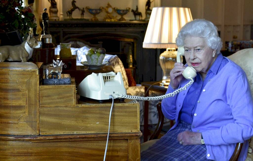 Reina Isabel II de Gran Bretaña habla con el primer ministro Boris Johnson del Castillo de Windsor, Windsor, Inglaterra, el miércoles 25 de marzo de 2020, para su audiencia semanal.