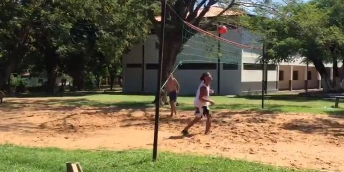 Ronaldinho juega futvoley en la cárcel de Paraguay