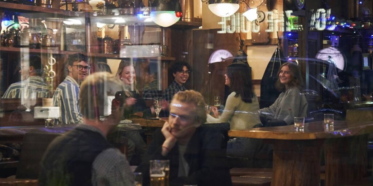Sin cuarentena y con bares abiertos: la polémica estrategia de Suecia para controlar el coronavirus pese a registrar 105 muertes