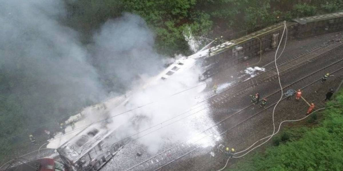 Impactantes imágenes de tren de 380 metros descarrilado e incendiado en China