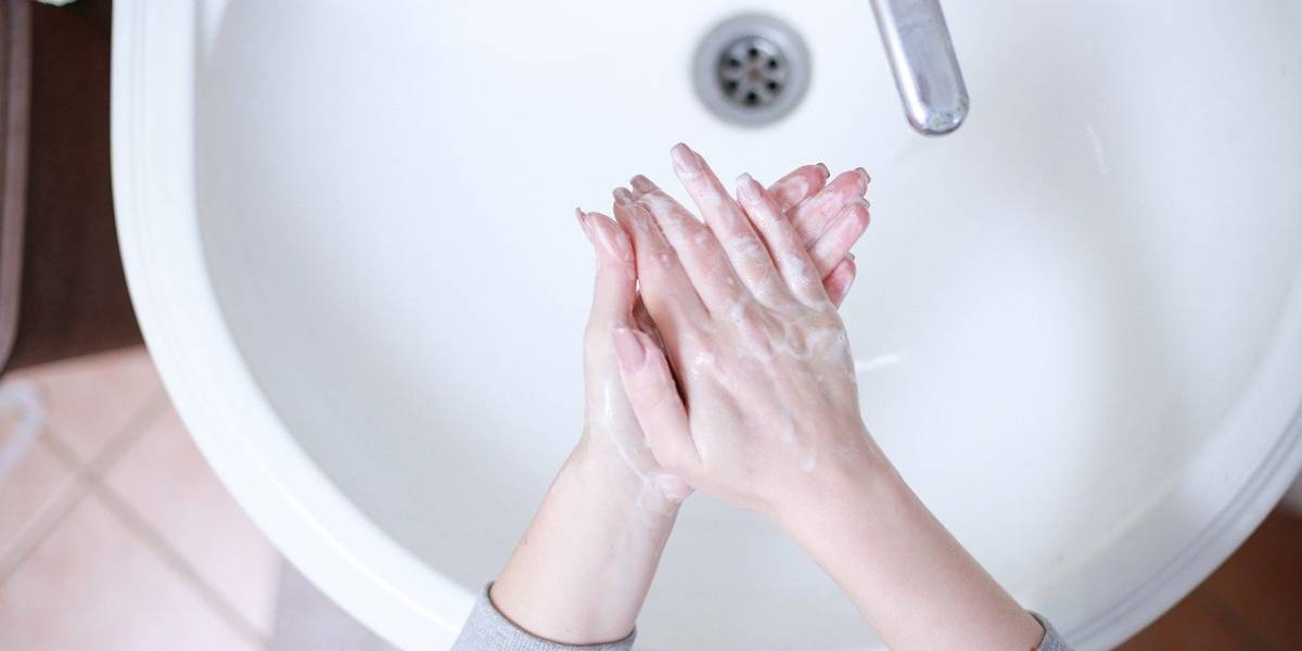 Mãos ressecadas de tanto lavar? 5 dicas para evitar dermatites e outros problemas