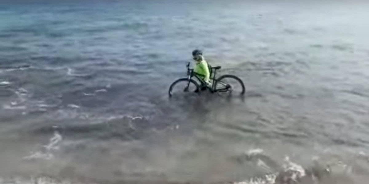 VIDEO: Ciclista italiano rompe reglas de confinamiento y se mete al mar para no recibir una multa