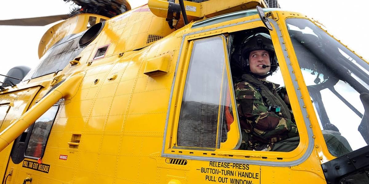 Príncipe William quer voltar a pilotar helicóptero-ambulância durante pandemia