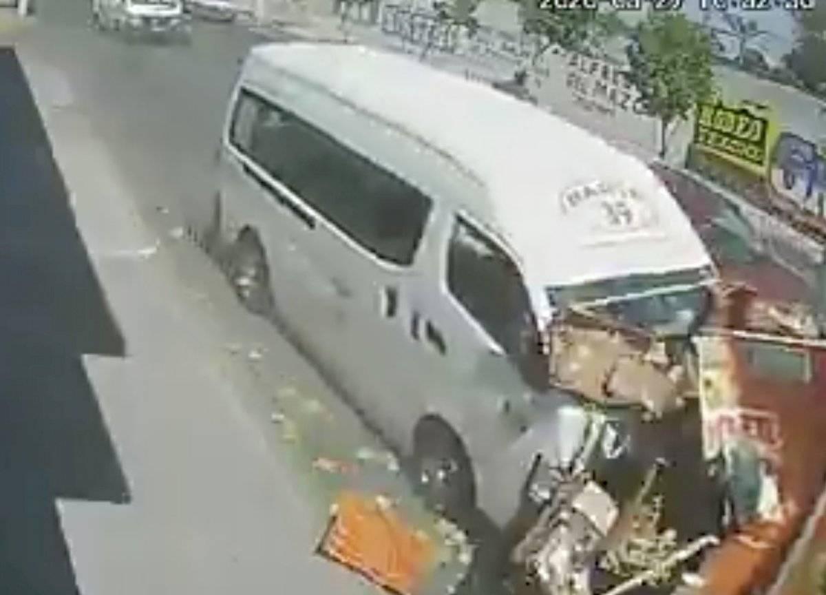 Combi a exceso de velocidad embiste a camión repartidor; chofer huye del accidente