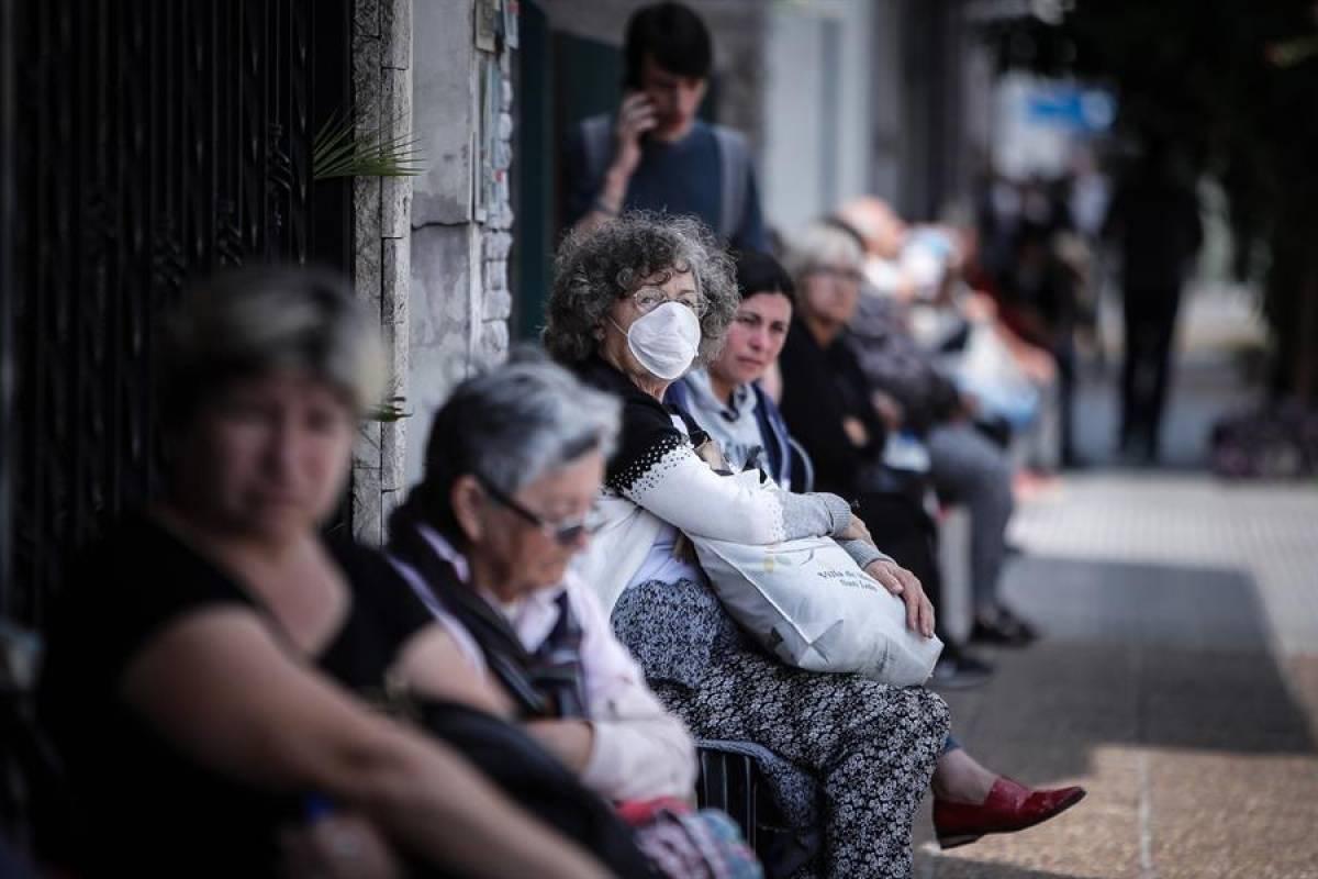 Largas filas de ancianos en bancos de Argentina para cobrar su ...