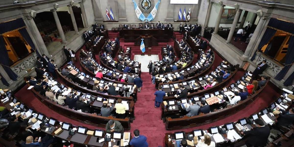 Diputados piden a Giammattei sancionar decreto que garantiza servicios básicos