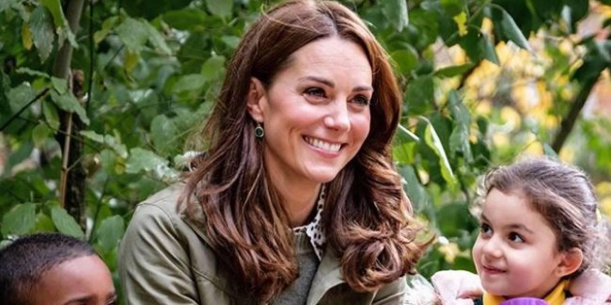 Kate Middleton combina un vestido de estampado retro con botas altas a la perfección