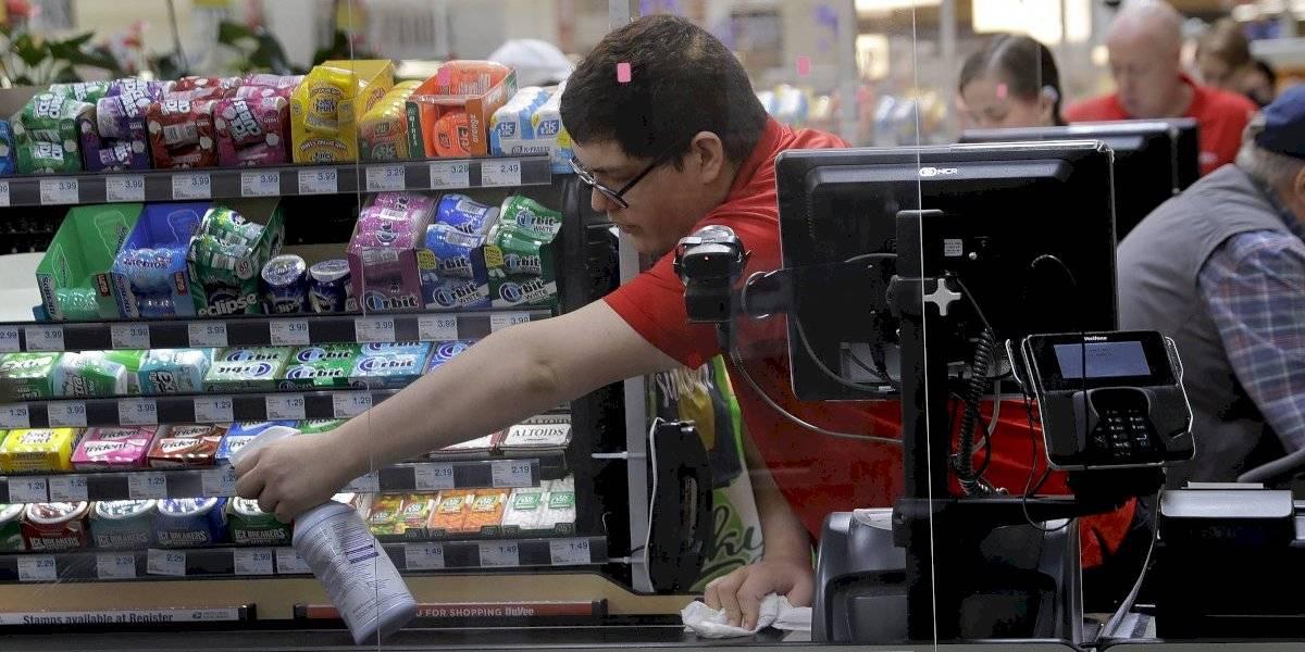 Empleados de supermercados son esenciales pero no los vacunan