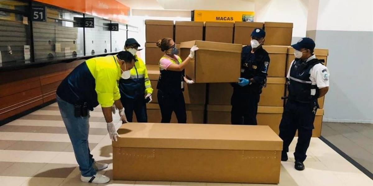 Entregan ataúdes de cartón para velar a muertos por el coronavirus en Ecuador