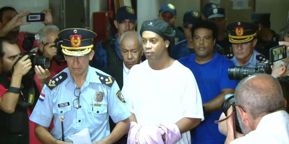 Ronaldinho ganha prisão domiciliar no Paraguai