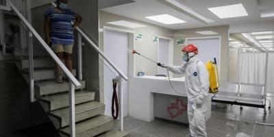 Un miembro de Protección Civil desinfecta un hospital