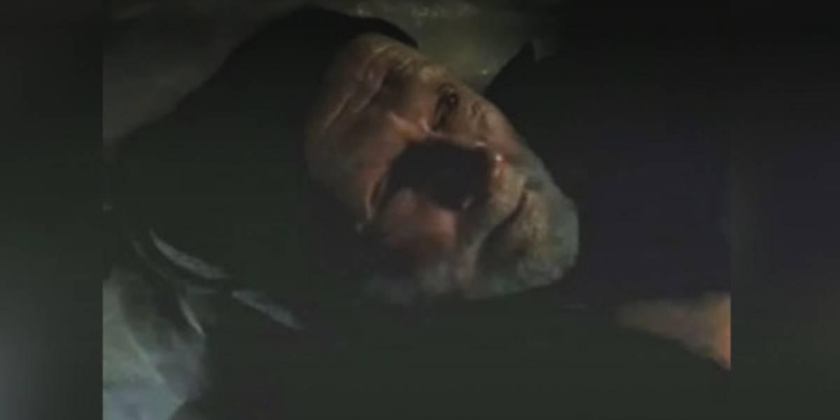 Anciano lleva años durmiendo a la entrada de Hospital de Kennedy esperando que alguien lo ayude