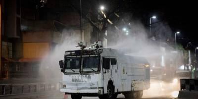 Un vehículo de Protección Civil desinfecta una calle