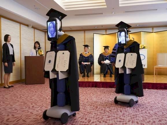 Graduación en tiempos de pandemia: robots en Japón reciben diplomas de estudiantes