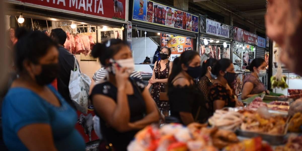 Giammattei advierte que cerrará mercados que no cumplan con las restricciones