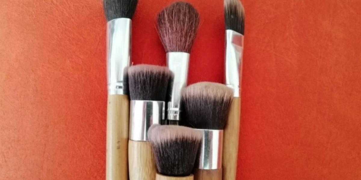 ¿Cómo limpiar las brochas de maquillaje en casa?