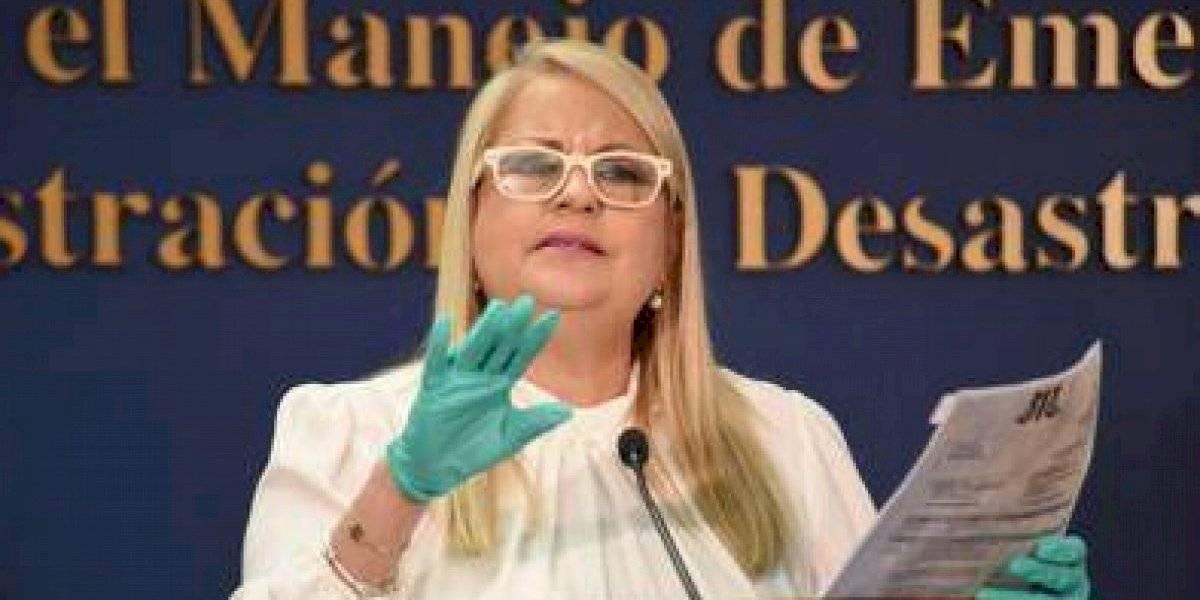Gobernadora la emprende contra críticos de la compra de pruebas rápidas