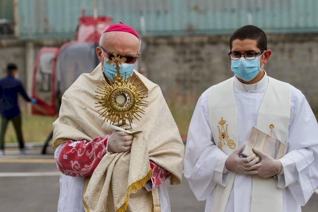 Obispo bendice Guayaquil desde un helicóptero