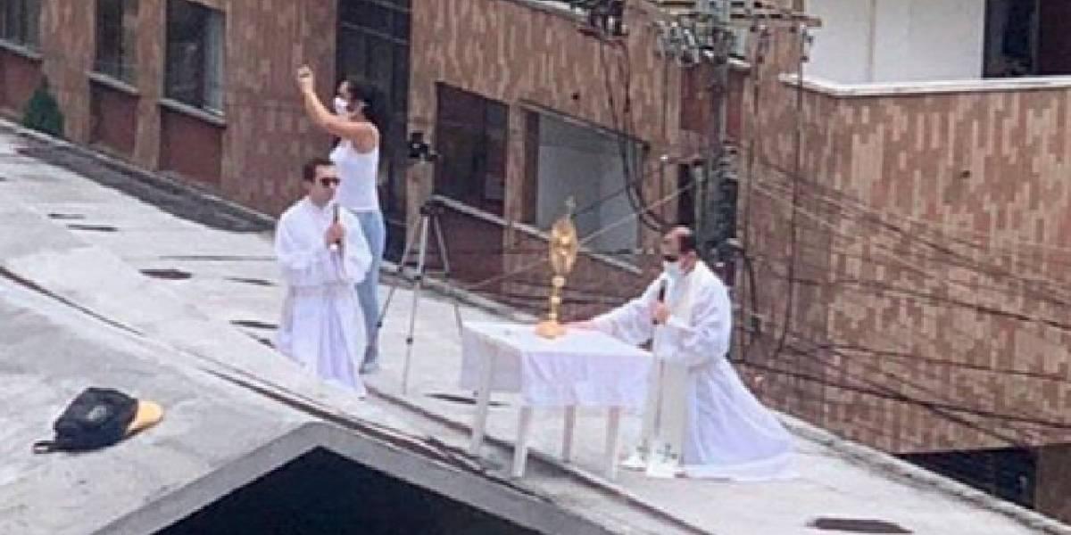 VIDEO   ¡Cuánta creatividad! Sacerdote ofreció misa desde el techo de una iglesia