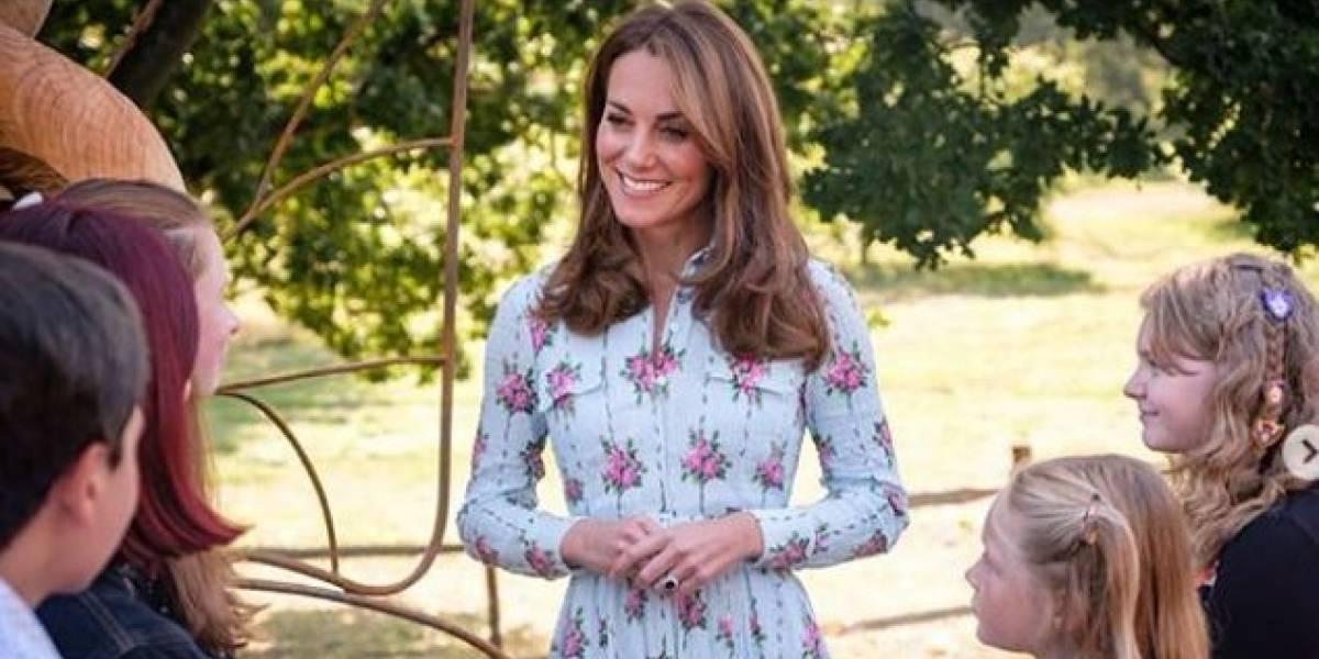 Kate Middleton con un vestido corto multicolor muestra su lado más pícaro