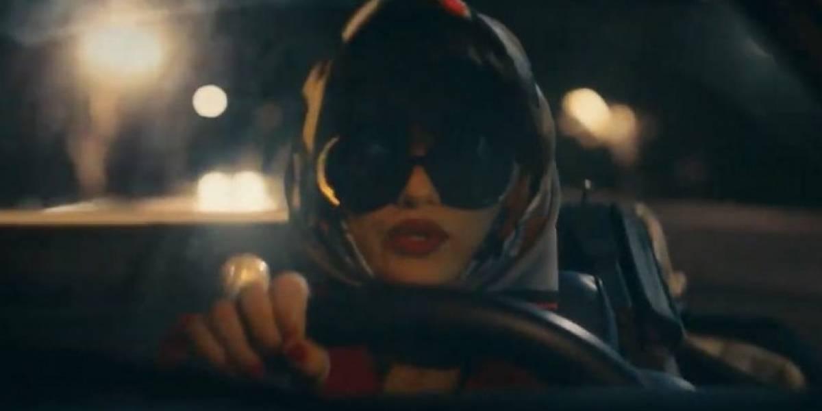 Em novo clipe, Selena Gomez aparece dividida entre possíveis namorados (assista aqui)