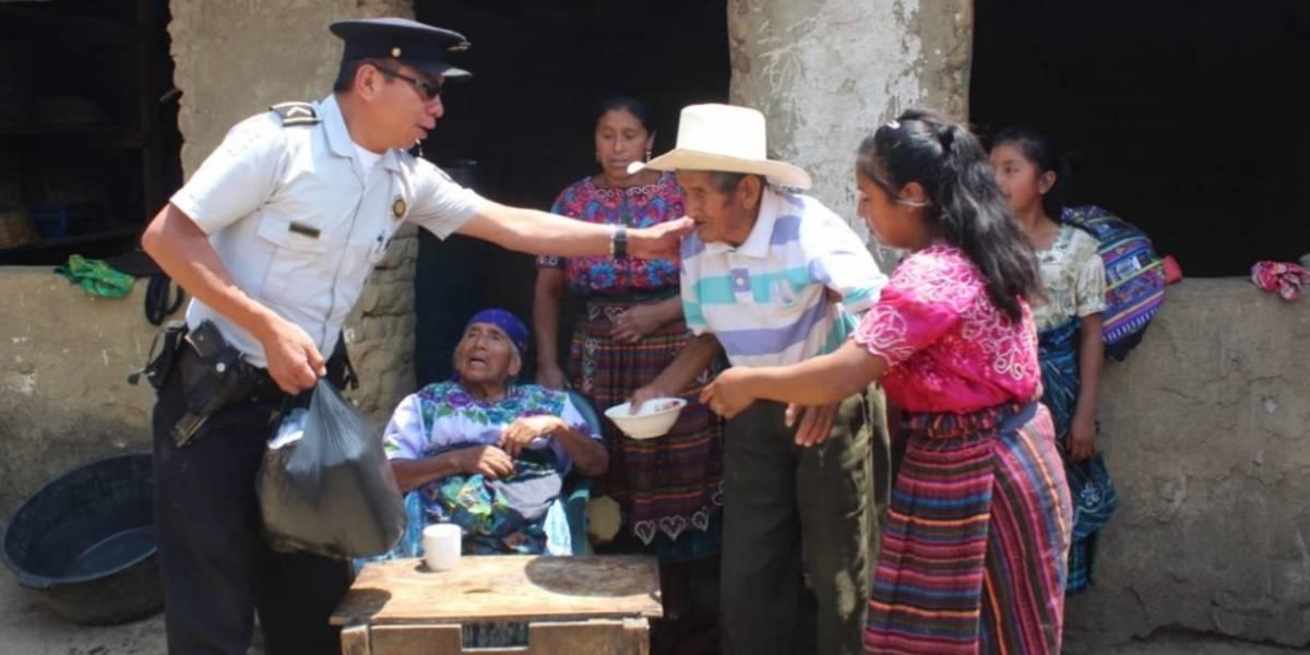 PNC realiza colecta y dona víveres a pareja de la tercera edad en Salcajá