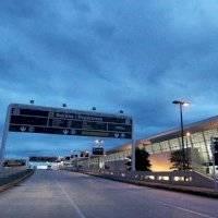 Mujer turista agrede a dos policías en el Aeropuerto Internacional Luis Muñoz Marín.