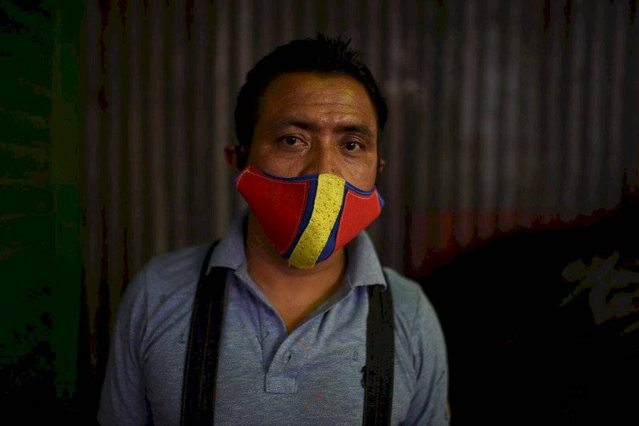 Manuel López vende limones en La Terminal