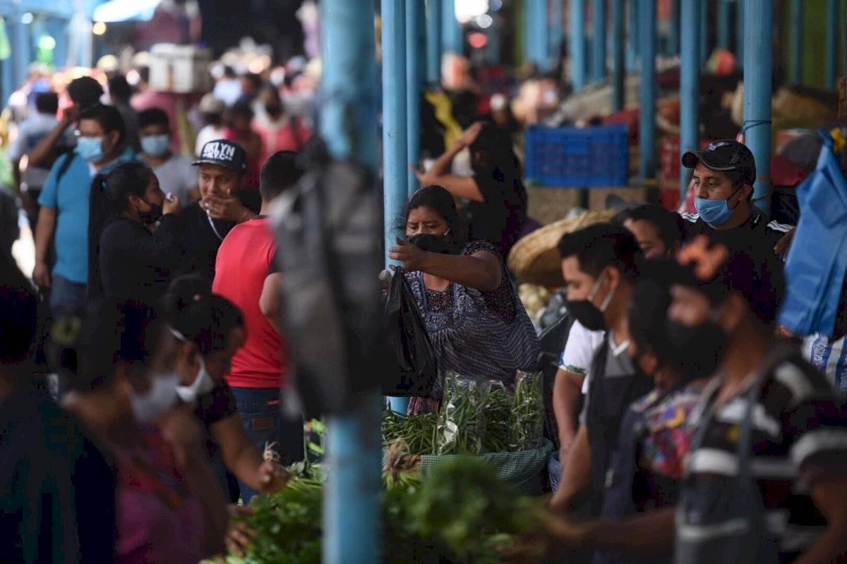 Vendedores portan mascarillas en La Terminal Edwin Bercián