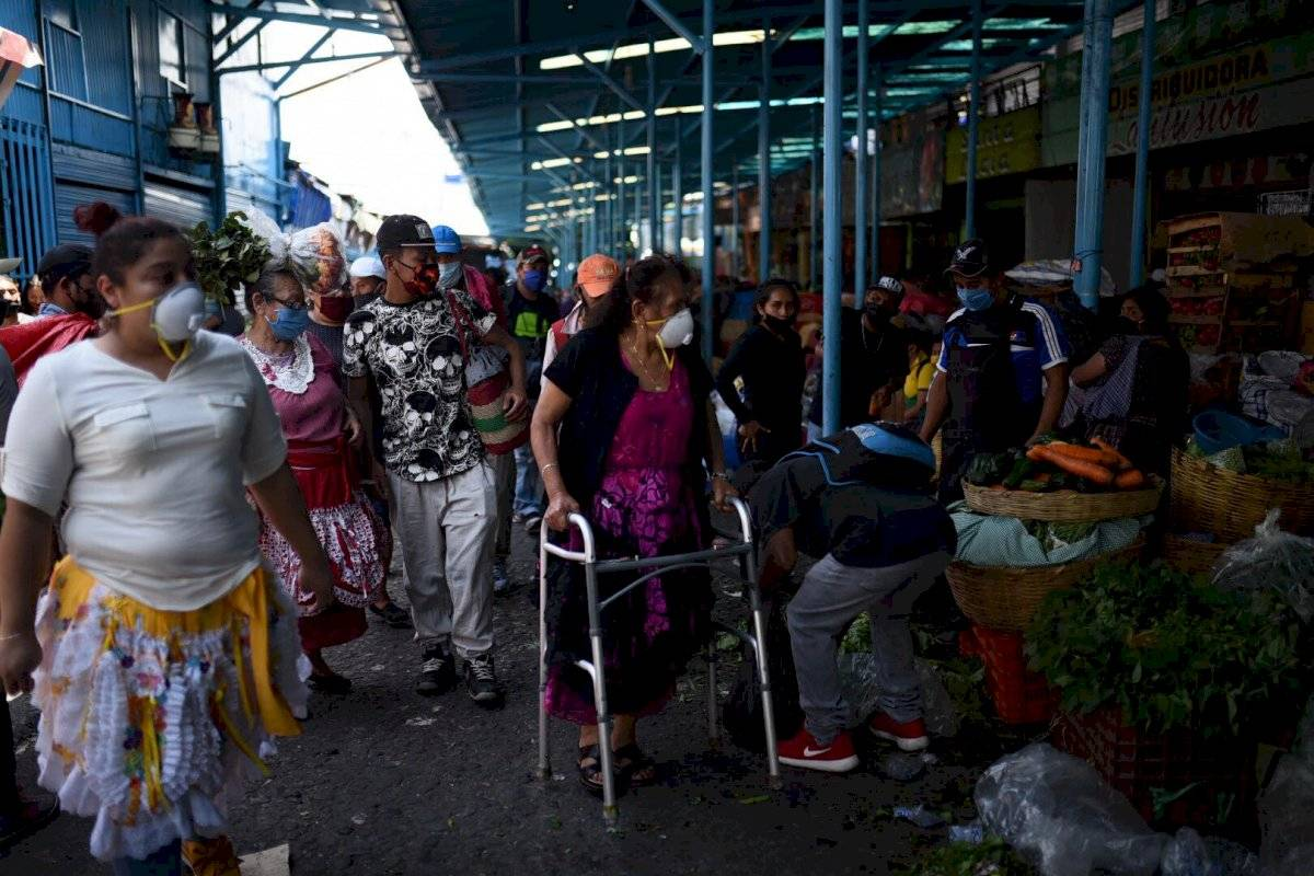 Personas portan mascarillas en La Terminal Edwin Bercián