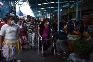 Personas portan mascarillas en La Terminal