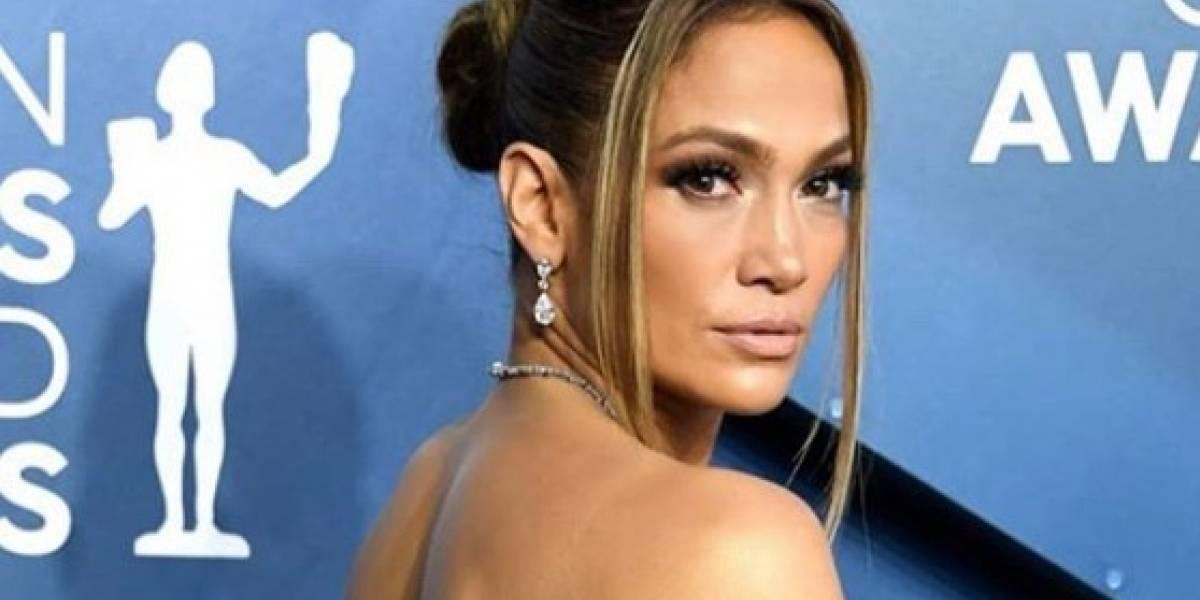 Jennifer Lopez sale del gimnasio en leggings blancos con diamantes y top deportivo