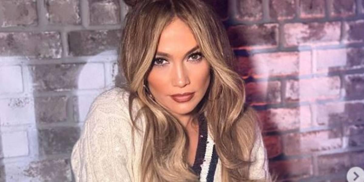 Jennifer Lopez muestra un vestido de rayas con hombros descubiertos muy coqueto para el verano
