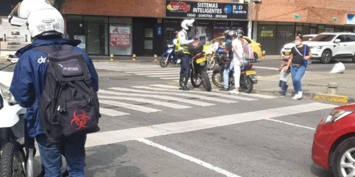 ¡El colmo! Ciudadanos se disfrazan de médicos para evadir controles de seguridad