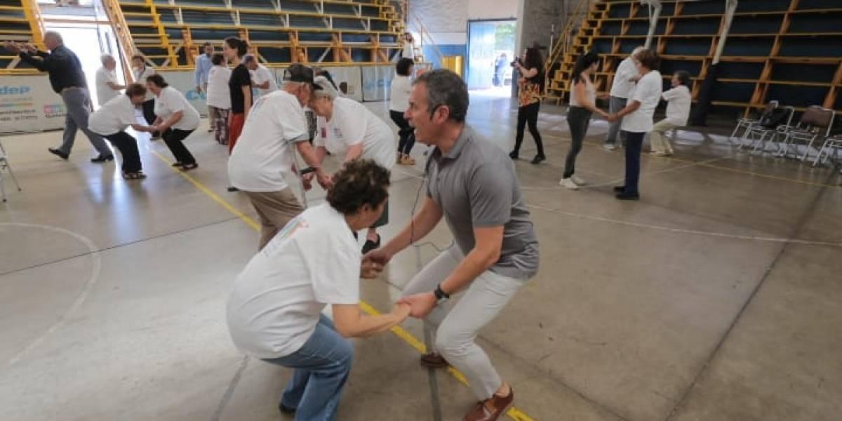 A moverse: Senama enseña por Youtube a los adultos mayores a ejercitarse en plena cuarentena