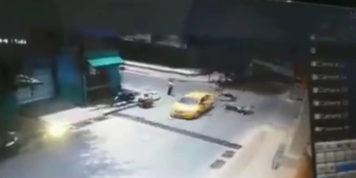 En video: Chocan a dos policías en intersección donde ladrones se robaron la señal de pare