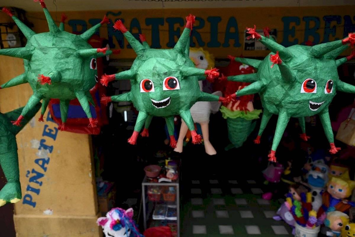 Piñatas con la figura del coronavirus Edwin Bercián