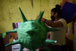 Piñatas con la figura del coronavirus