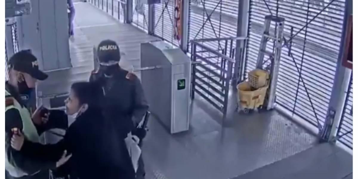 (VIDEO) Policías atienden parto en estación de TransMilenio