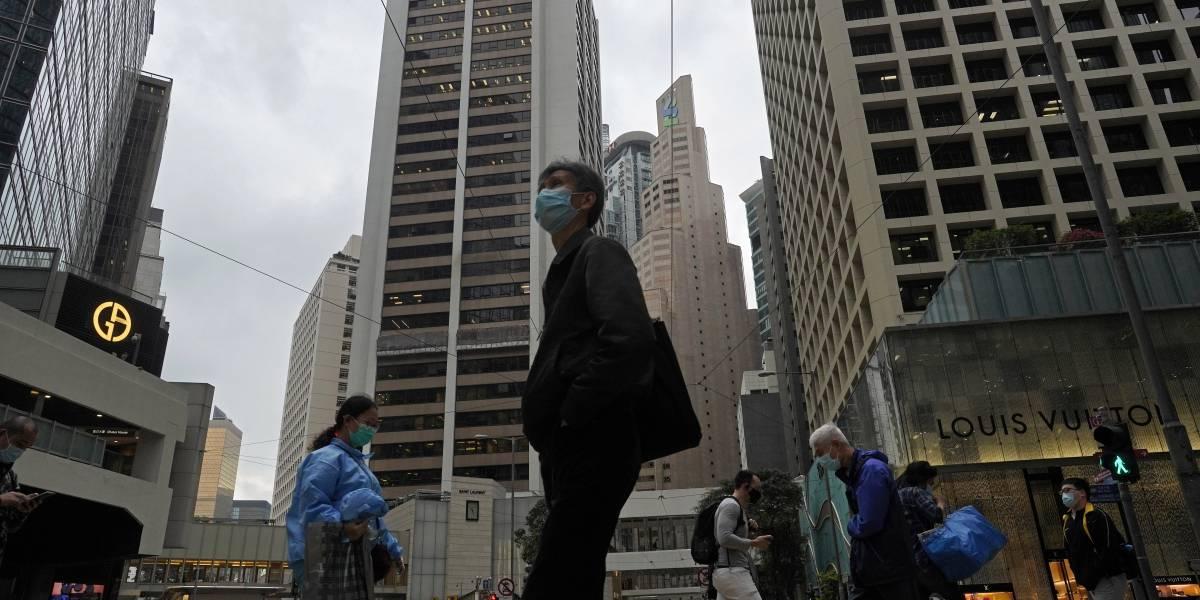 Hong Kong supera récord de nuevas infecciones en un solo día, con más de 100