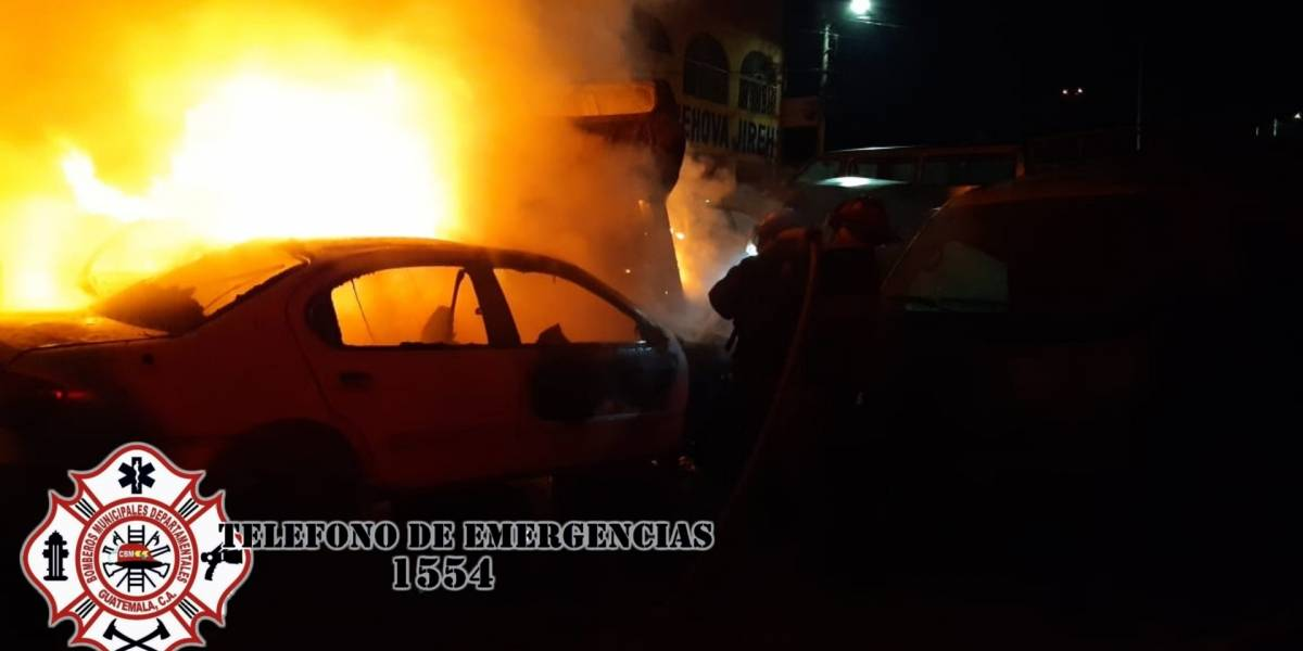 Se incendia predio de vehículos en Villa Nueva