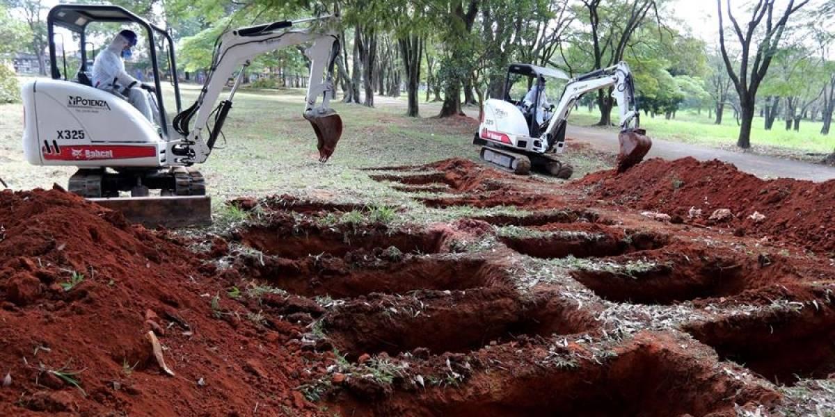 Excavadoras cavan tumbas en Brasil a la espera del temido pico de la pandemia